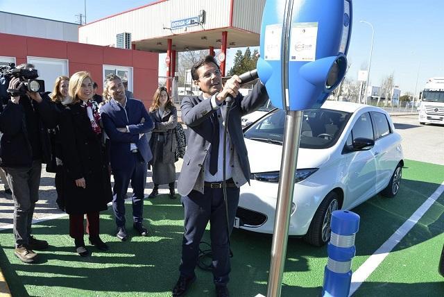 El alcalde prueba uno de los puntos de recarga.