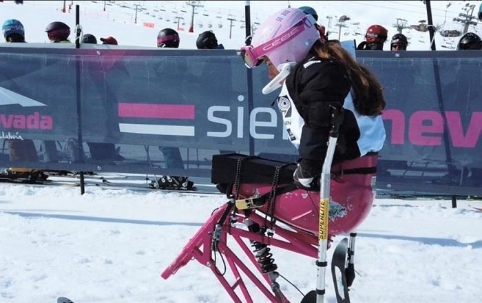 Una deportista de esquí adaptado.