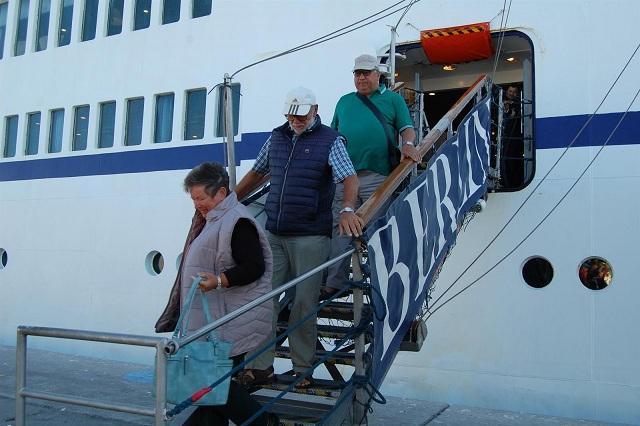 Pasajeros bajan del crucero Berlín.