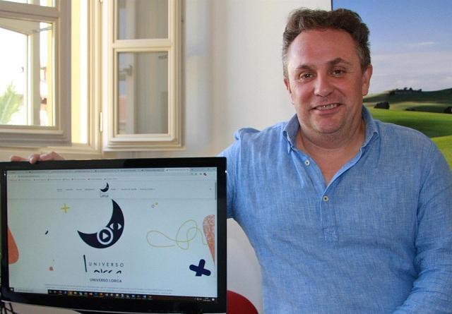 Enrique Medina, junto a una pantalla con la web Universo Lorca.