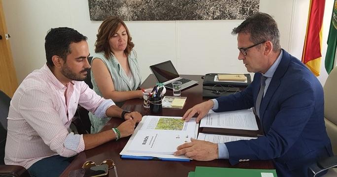 Entrega de la solicitud al delegado de Turismo.