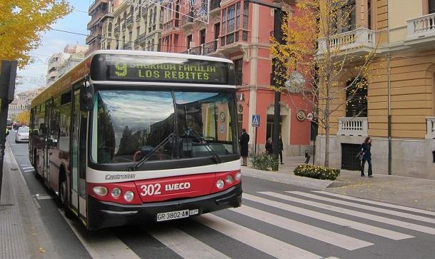 Un autobús de Rober por Gran Vía.
