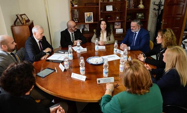 Visita de la consejera Rocío Ruiz (en el centro) al Ayuntamiento de Albolote.