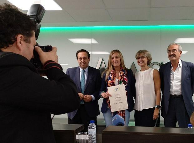 La ganadera granadina, con su diploma de finalista, entregado por la ministra de Agricultura.