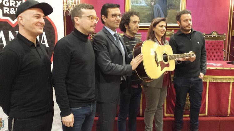 El alcalde de Granada y la concejala de Turismo con algunos de los músicos que participarán en la gala de Fitur.