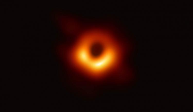 Imagen del agujero negro supermasivo en el centro de la galaxia Messier 87, a 55 millones de años luz.