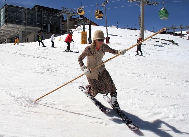Una de las participantes en el descenso retro.
