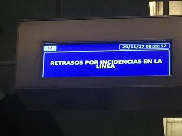 Paneles informativos del Metro anunciando la incidencia esta mañana.