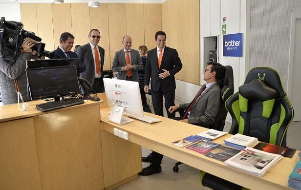 Visita del alcalde a las instalaciones de la empresa.