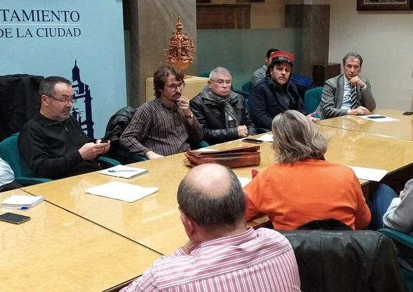 Inmaculada Olea en la reunión con el representante de Renfe en Andalucía.