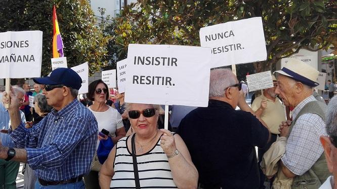 Concentración de pensionistas en la Plaza del Carmen este lunes.