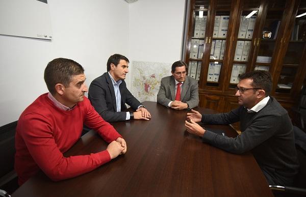 Entrena y Fernández con el directivo de Capital Energy.