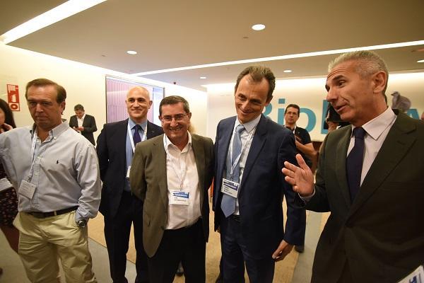 El ministro, acompañado entre otros por el presidente de la Diputación y el consejero de Cultura, en el TAT.
