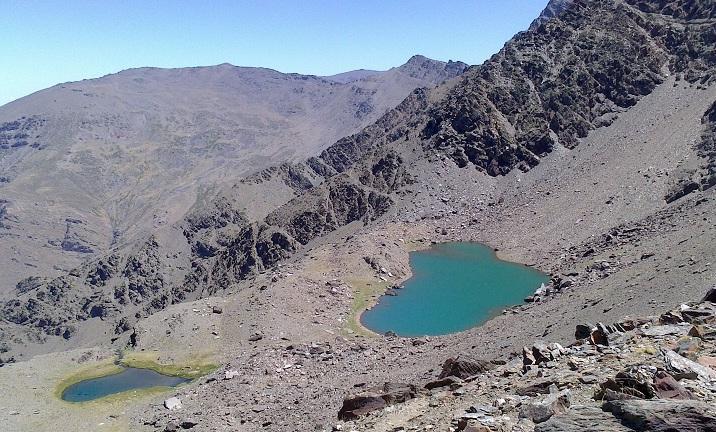 Laguna de la Gabata (izqda.) y Laguna Larga, en Sierra Nevada.