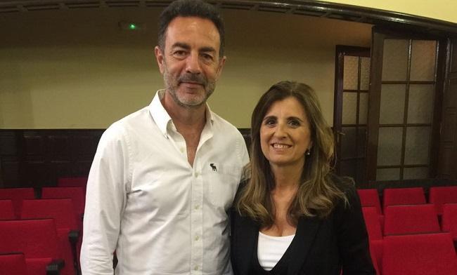 El director del Secretariado de Igualdad y Conciliación de la UGR, Miguel Lorente, junto a la investigadora galardonada, María del Carmen Peral López.