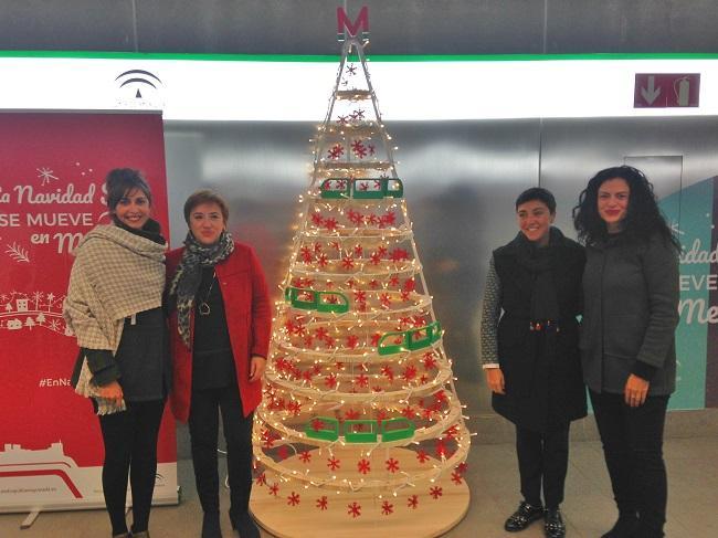 Sandra García y Mariela Fernández, junto a las autoras de la decoración navideña.