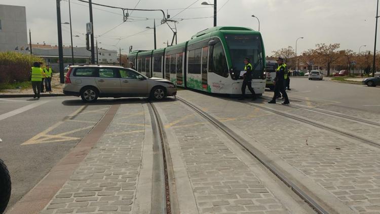 Tanto el turismo como el vehículo del Metro han sufrido abolladuras.
