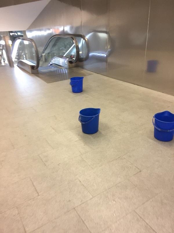 Cubos colocados este miércoles en una estación del Metro de Granada.