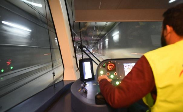Uno de los trenes en un túnel.