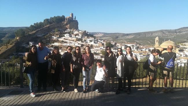Visita de los representantes de los touroperadores a uno de los miradores de Montefrío.