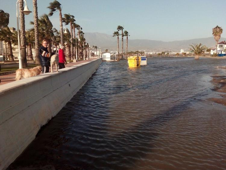 Espectacular imagen en la que se aprecia la inundación en la playa de Poniente de Motril.