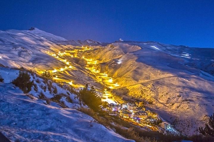 Imagen de la estación iluminada para el esquí nocturno.