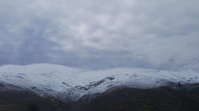 Imagen nevada de la estación y zona de cumbres de Sierra Nevada.