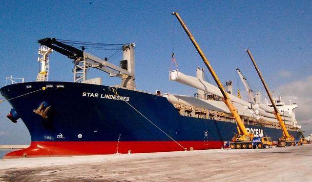 Palas de aerogeneradores cargadas en un barco.