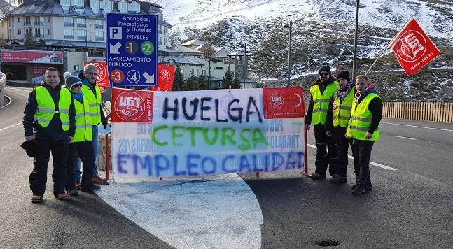 Trabajadores del aparcamiento de Padrollano, este sábado.