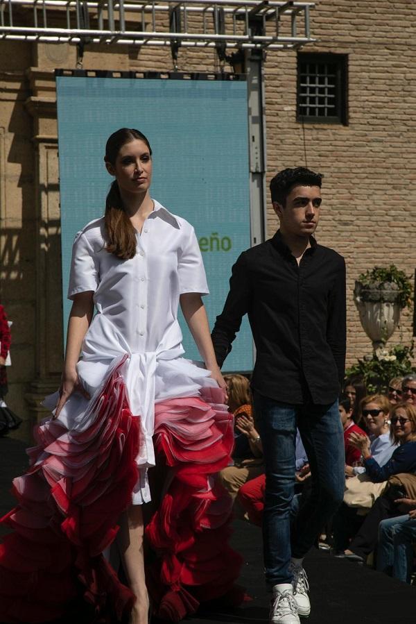 Carlos Checa ha ganado con un diseño bicolor asimétrico, con una camisa anudada.