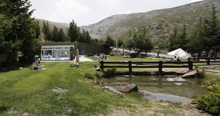 Piscina y zona de césped del club deportivo Montebajo.