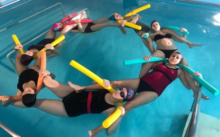 Un grupo de mujeres embarazadas realizan ejercicios en la piscina del Neurotraumatología y Rehabilitación.