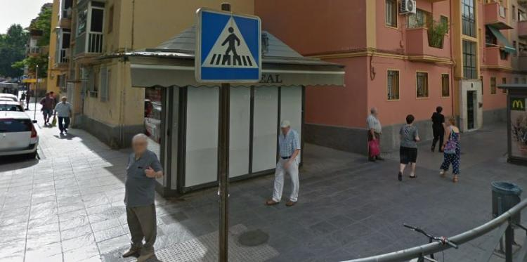 Quiosco cerrado en la Avenida de Dílar.