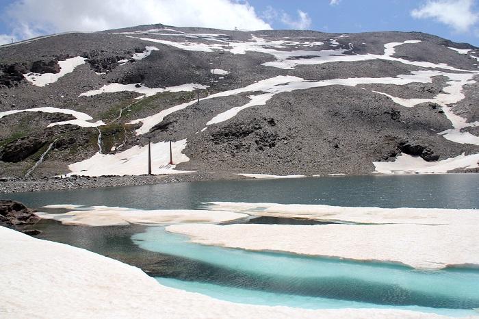 Las altas cumbres conservan aún nieve y bloques de hielo.