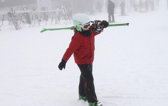 Una pequeña esquiadora, este domingo en Sierra Nevada.