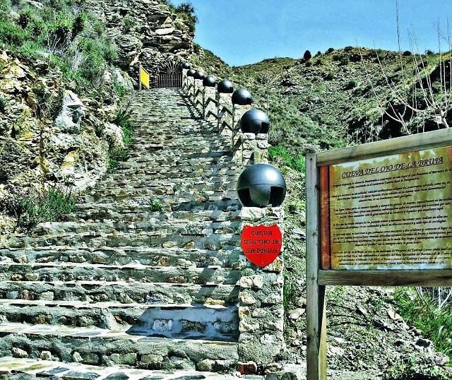 Escalera que conduce a la Cueva del Ojo de la Bruja.