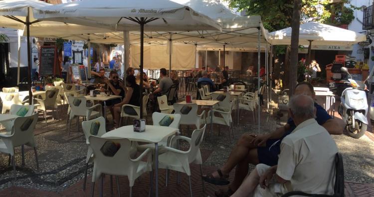 Barrios como el Albaicín están invadidos por terrazas de los bares.