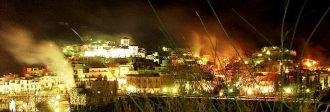 Imagen de Torvizcón, iluminado por las hogueras.
