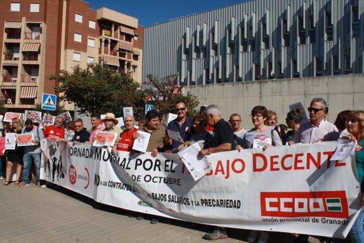 Concentración a las puertas de la sede de los sindicatos.
