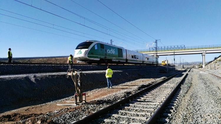 Imagen del tren laboratorio, a su paso por Tocón, que ha comenzado este viernes a evaluar el trazado.