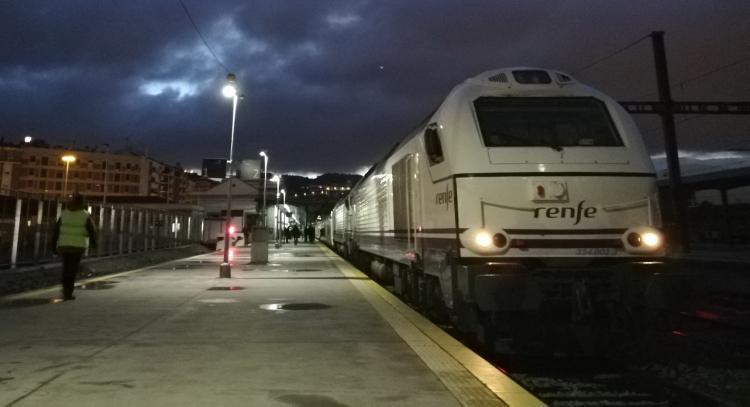 El tren Talgo a Madrid, a su salida este lunes de la estación de Granada.