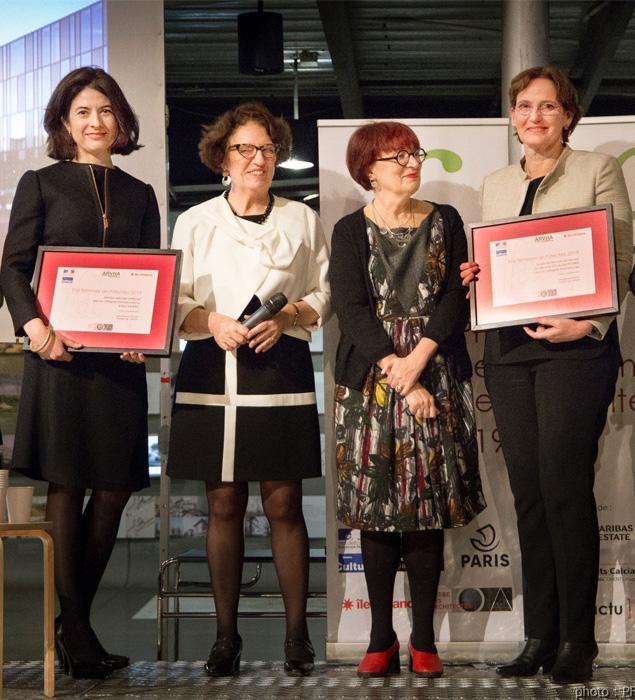 Elisa Valero, primera por la izquierda, con su galardón.