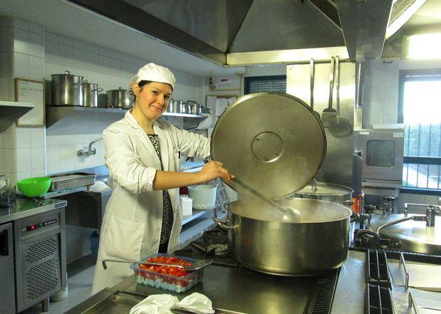 Ana Isabel Rodríguez, autora del trabajo, en la cocina de una de las residencias.
