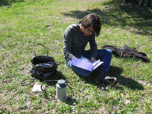 Investigador midiendo la respiración del suelo en un olivar durante el experimento.
