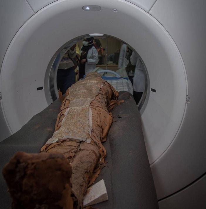 Investigadores de la UGR realizan el TAC a las momias en el Hospital Universitario de Asuán.