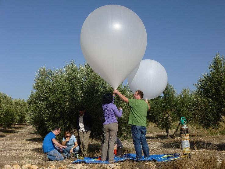 El equipo de trabajo toma datos en la Vega de Granada.