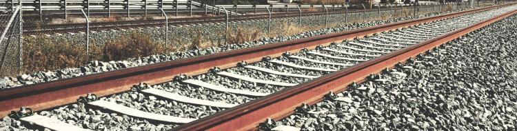 Las vías de tren de Granada siguen vacías dos años después.