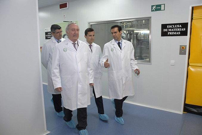 El alcalde, con directivos de Rovi, en la fábrica del PTS.