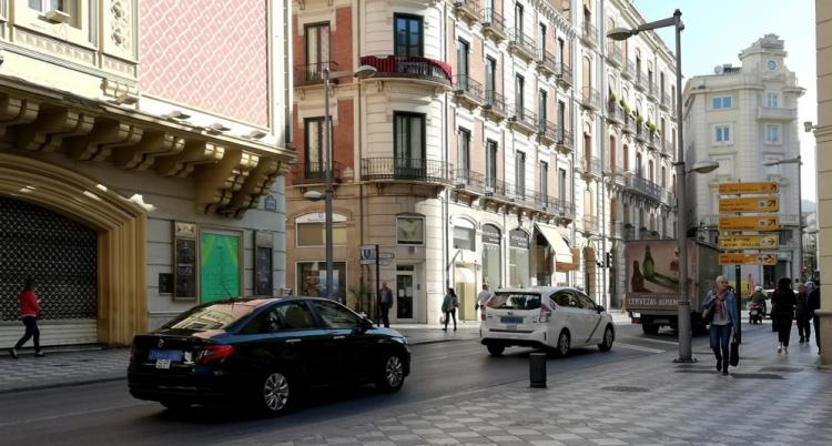 Un VTC y un taxi circulando por Recogidas.