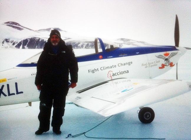 El piloto Miguel Ángel Gordillo, tras su vuelo en la Antártida.